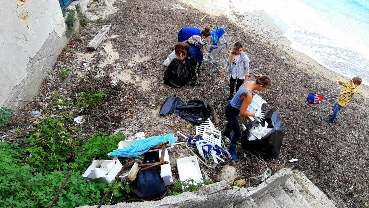 A Santa Flavia c'è una spiaggia piena di plastica