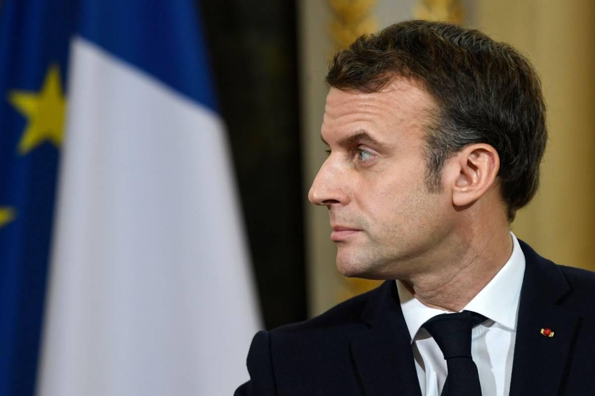 Scandalo sexy in Francia. In mutande è Macron