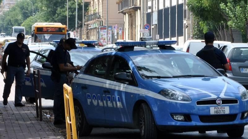 In venti picchiano cinque poliziotti per far fuggire un giovane pusher