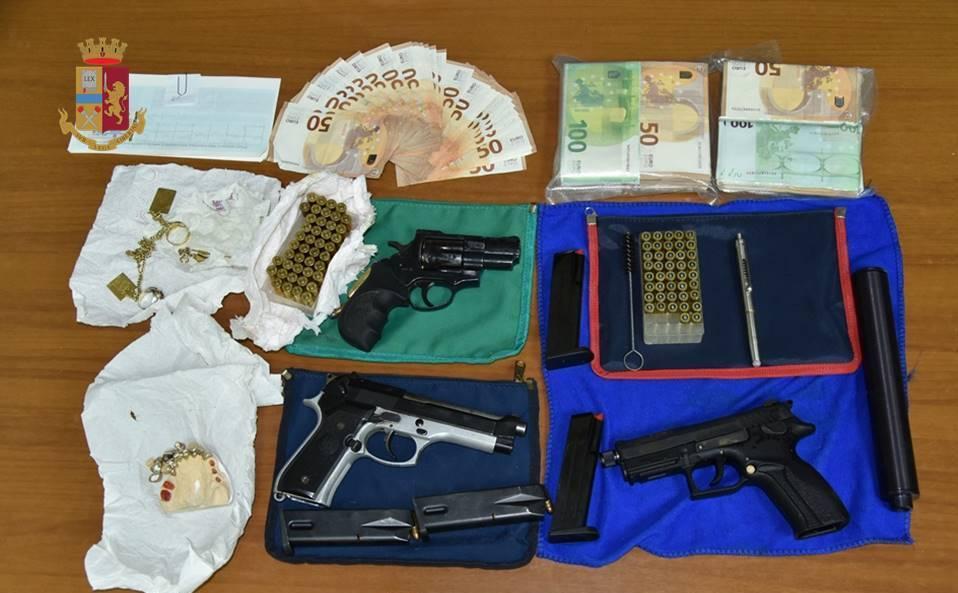 Taranto, nella libreria armi, munizioni e denti in oro: un arresto