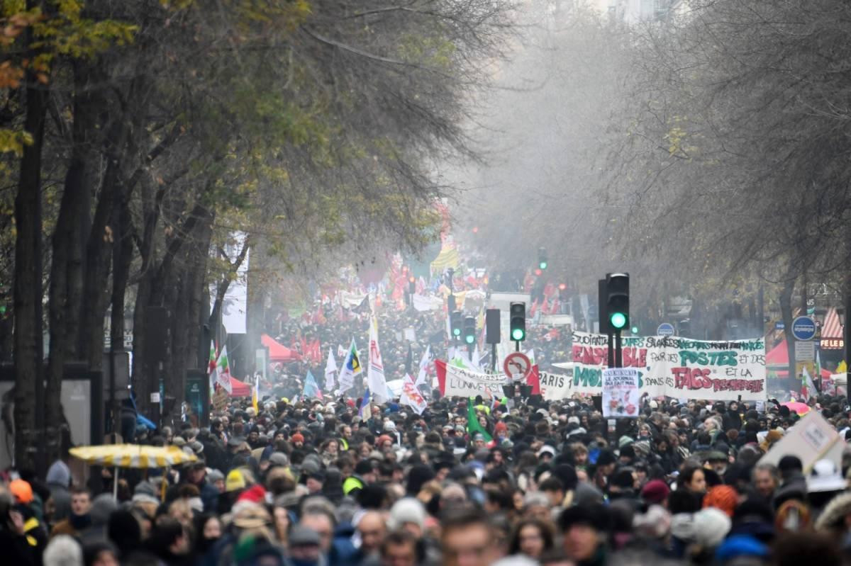 Francia paralizzata da sciopero: a Parigi è caos per i black bloc