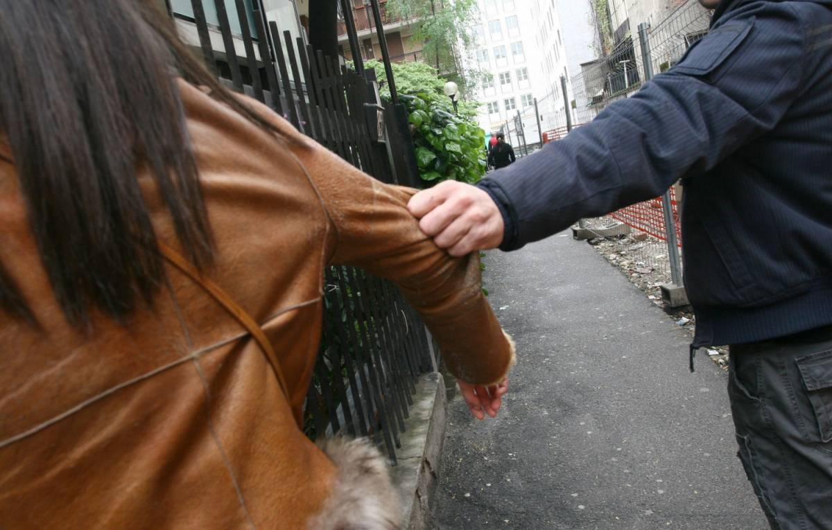 Legata, sequestrata e stuprata: così lo straniero abusa di una 17enne