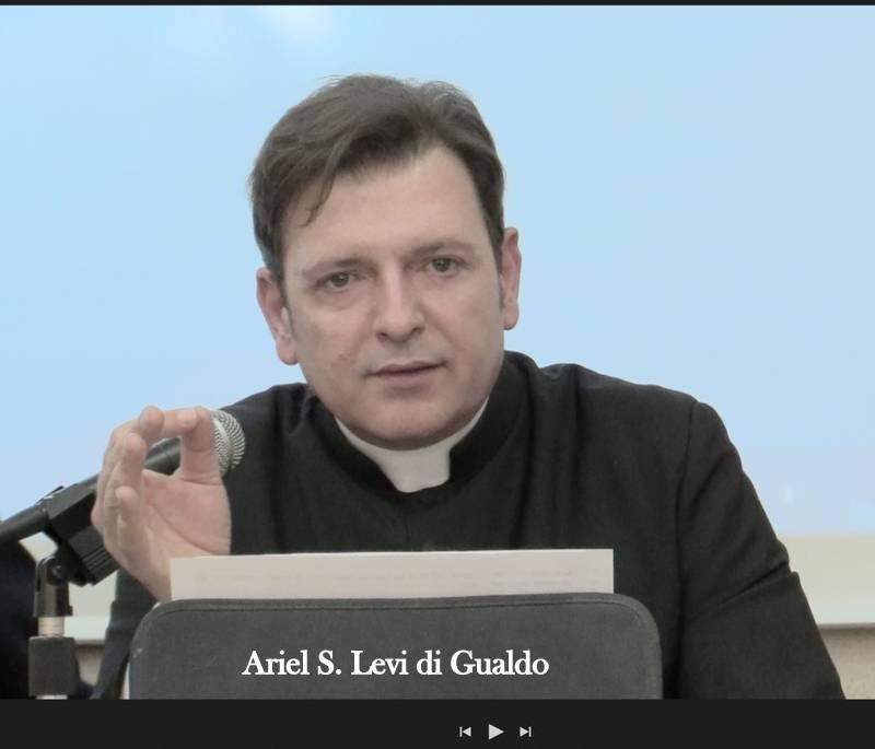 """Vaticano, padre Ariel tuona: """"Tenere i preti lontano dai soldi"""""""