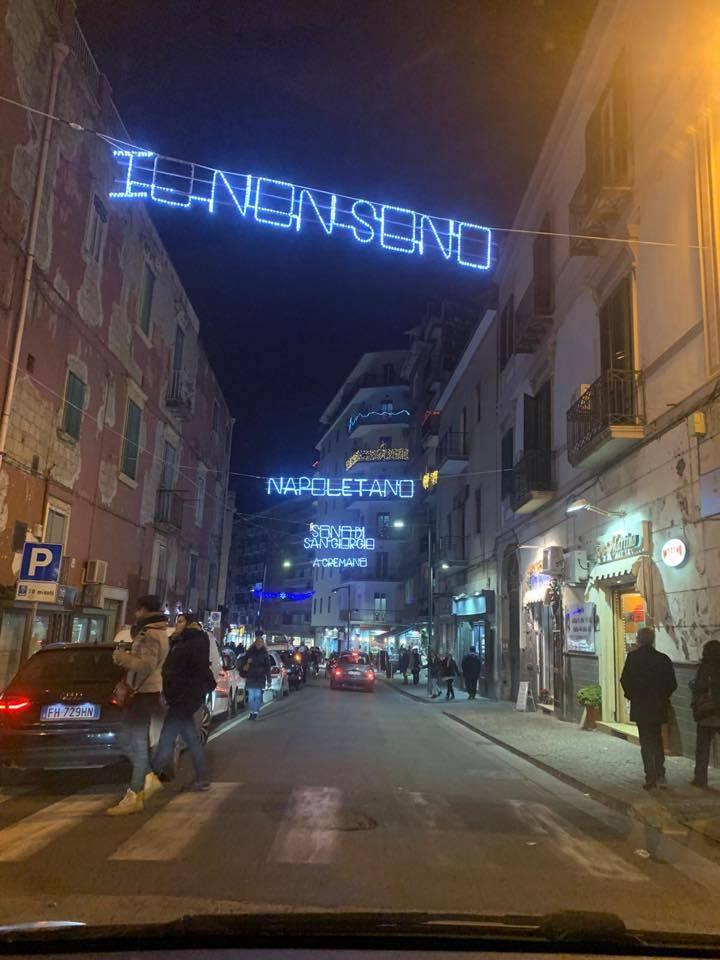 """""""Non sono napoletano, sono di San Giorgio"""": polemiche per la frase di Troisi impressa sulle luminarie natalizie"""