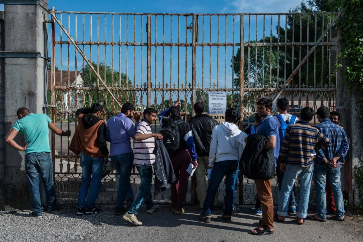 Le squadre di specialisti per smascherare i finti migranti minori