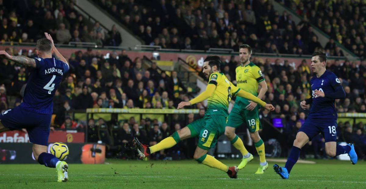 Il Var annulla il gol: il tifoso del Norwich lancia il telefono in campo