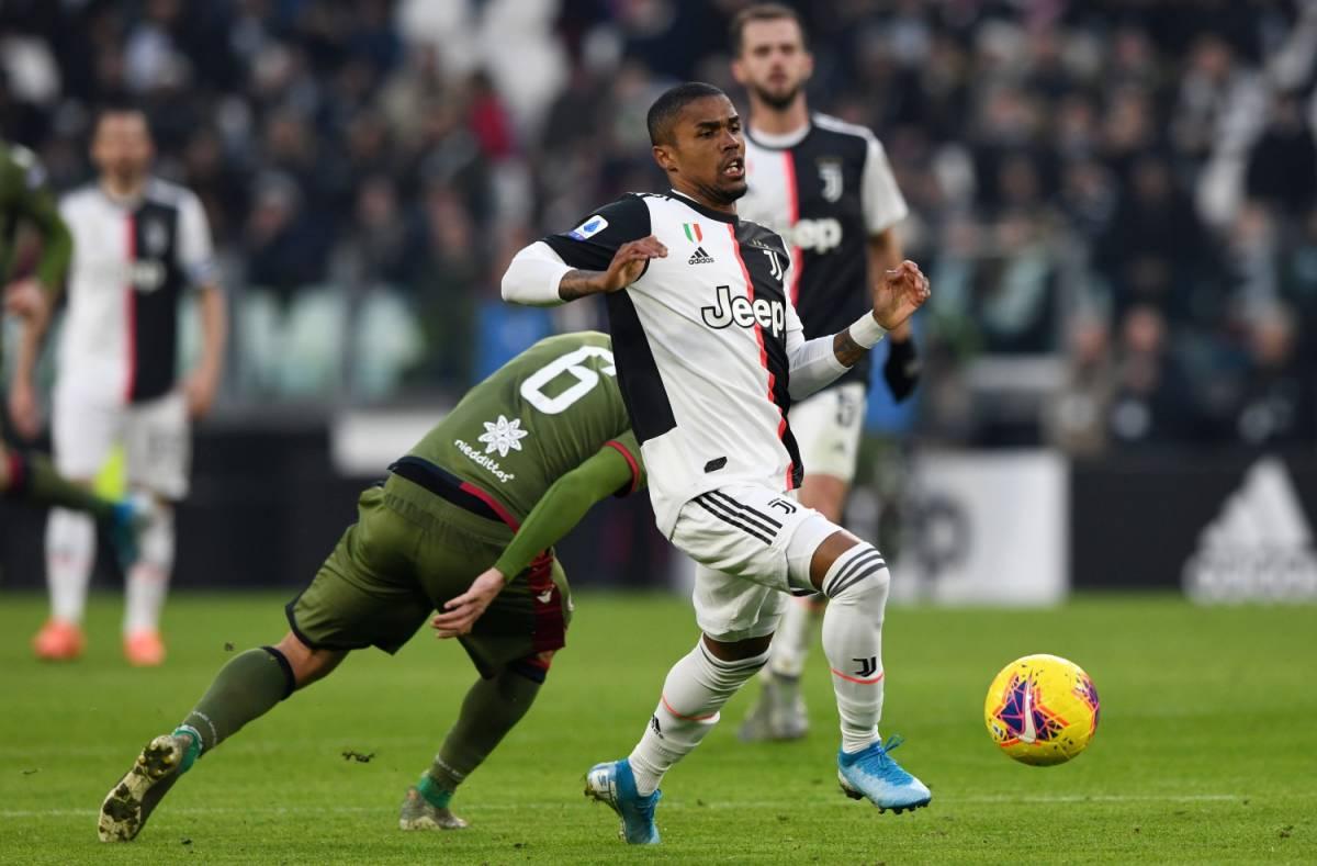 """Un tifoso della Juventus provoca Douglas Costa: """"Tanto ti fai male domani"""""""