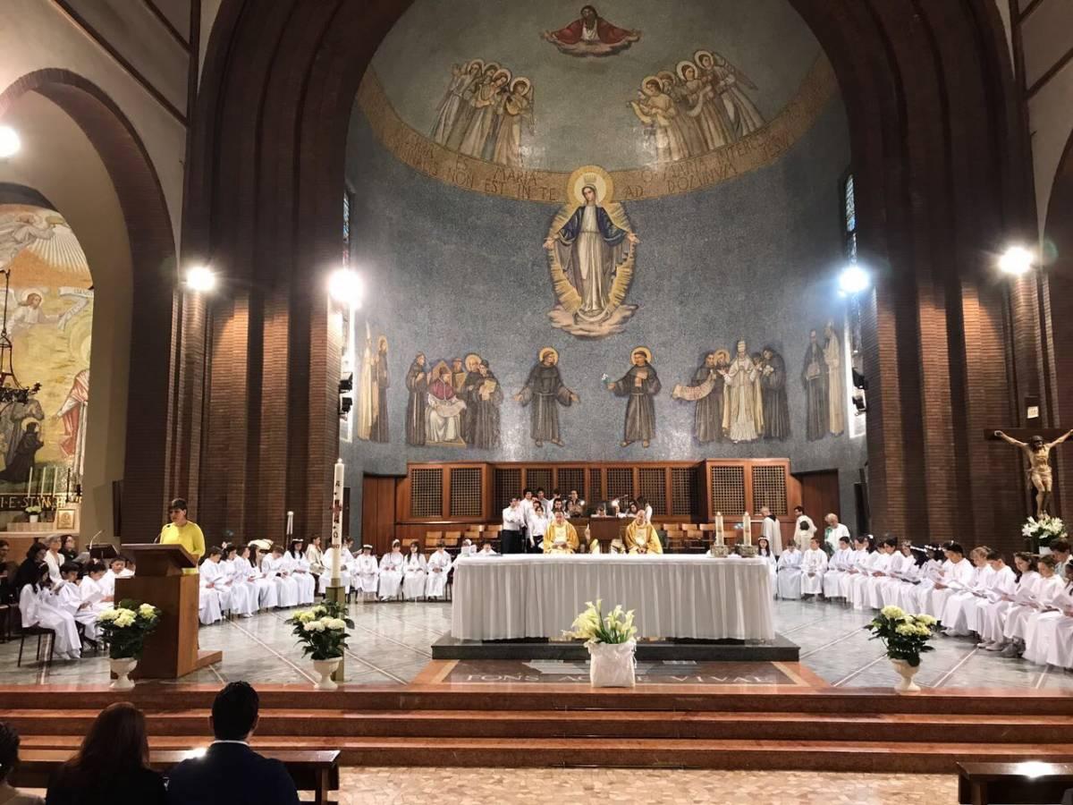 Sale sull'altare e bestemmia: immigrato scatena il panico in chiesa a Milano