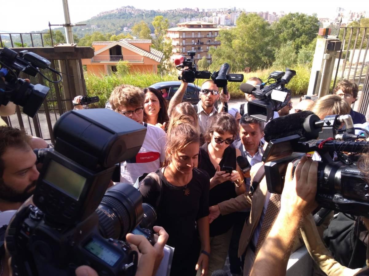 """La Rackete fa la """"lezioncina"""" a Salvini: """"Salvare vite non è un reato"""""""