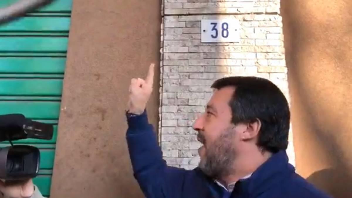 """Modena, altro """"blitz"""" di Salvini: """"Spaccio? Chiudete il negozio"""""""