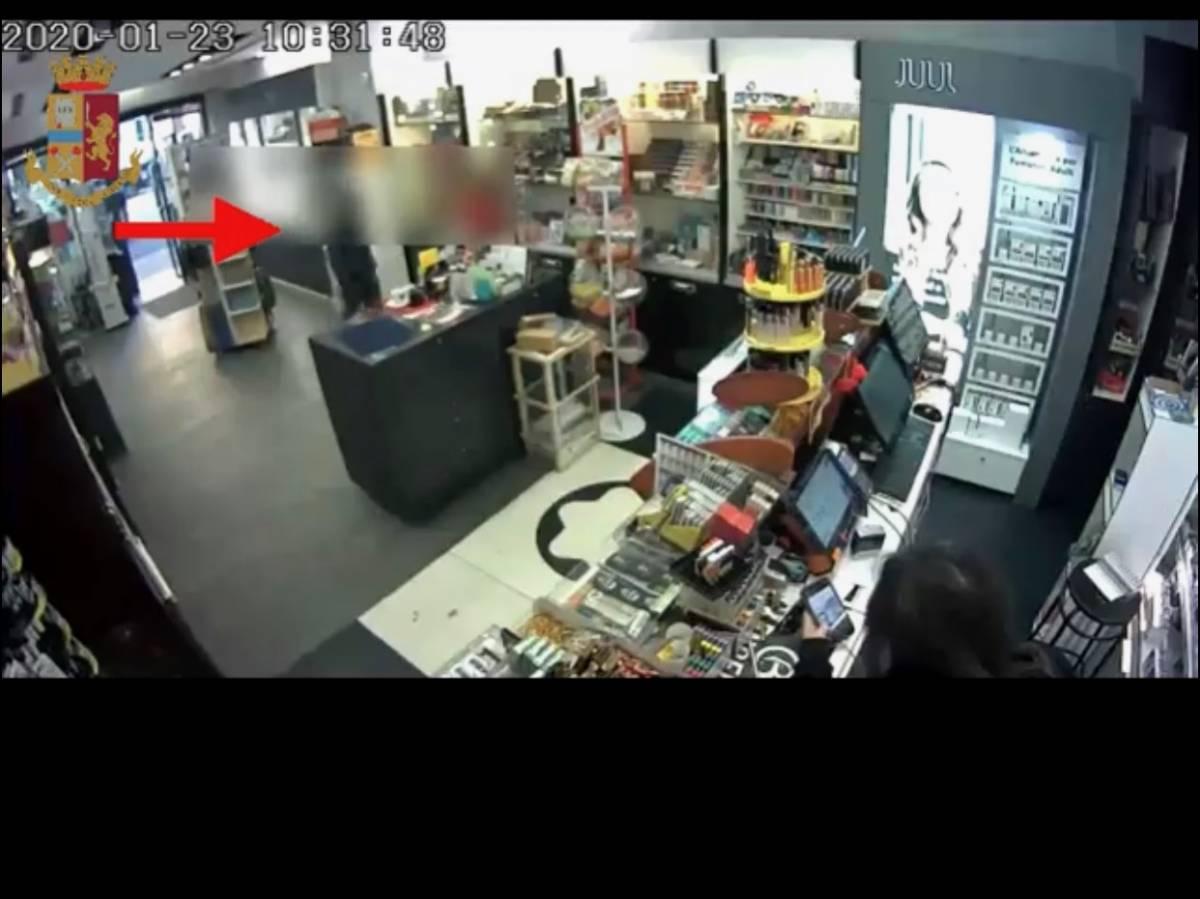 Il ladro scorda il cellulare e si fa beccare