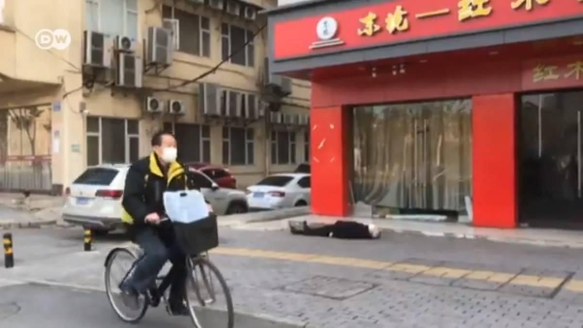 Muore d'infarto a Wuhan: nessuno lo soccorre per paura del virus