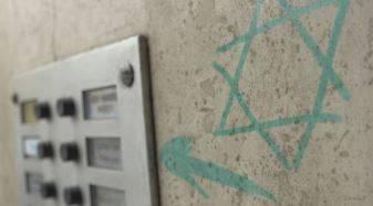 Bologna, stella di David sulla porta di un discendente di deportati