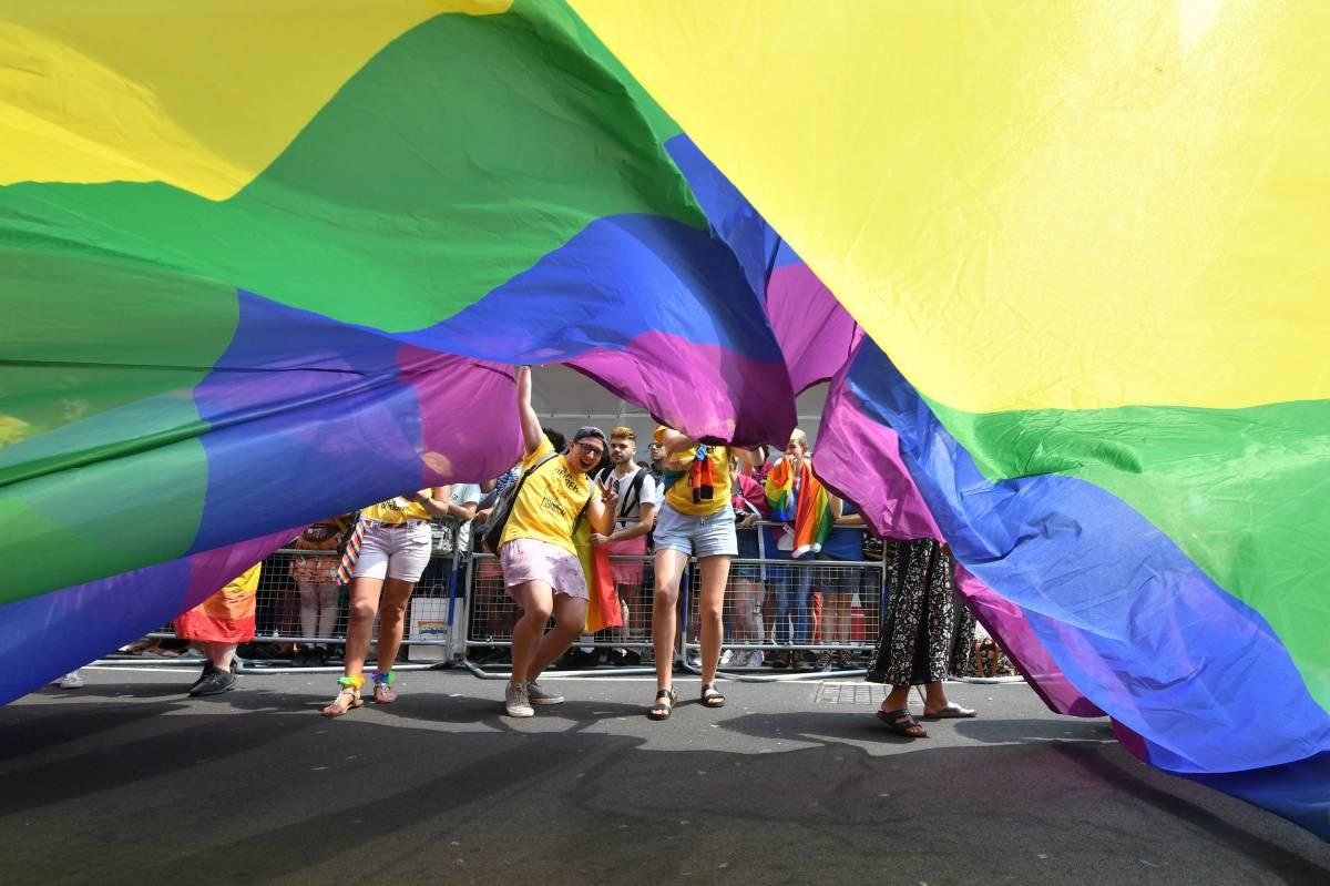 """Veglia contro l'omofobia. Ora è bufera a Bologna: """"L'arcobaleno è biblico"""""""