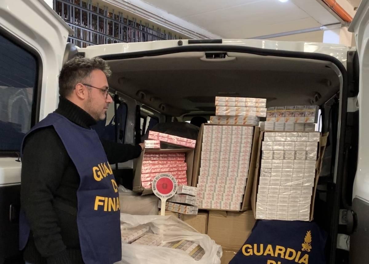 Sul furgone trasportava 268 chili di sigarette di contrabbando: arrestato