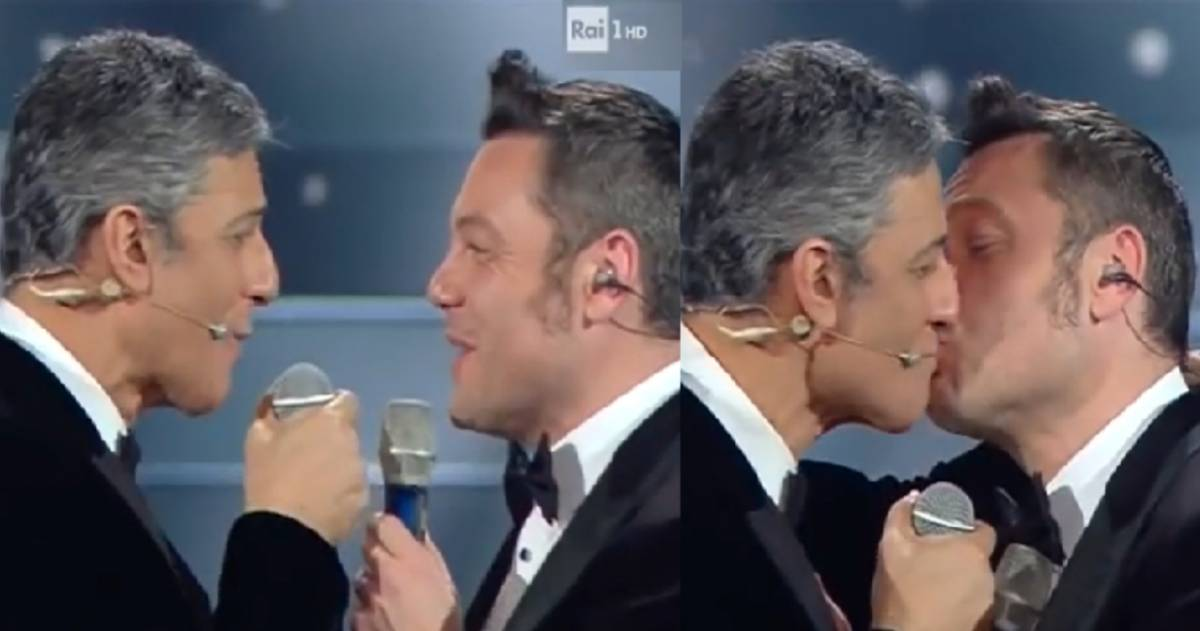 """Tiziano Ferro bacia Fiorello. E il marito gli scrive: """"Giù le mani dal mio uomo"""""""
