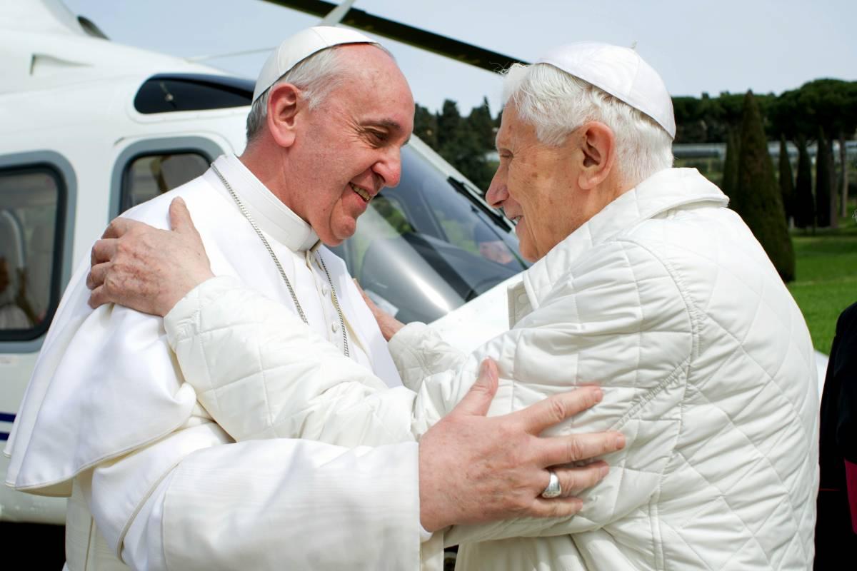 """Bergoglio """"cancella"""" Ratzinger: il cambio (storico) nella Messa"""
