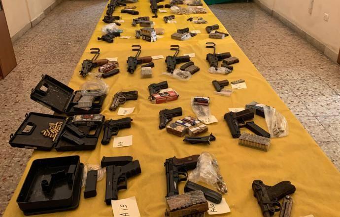 Arsenale dentro i serbatoi per l'acqua: rinvenuti pistole, fucili e mitragliatrice