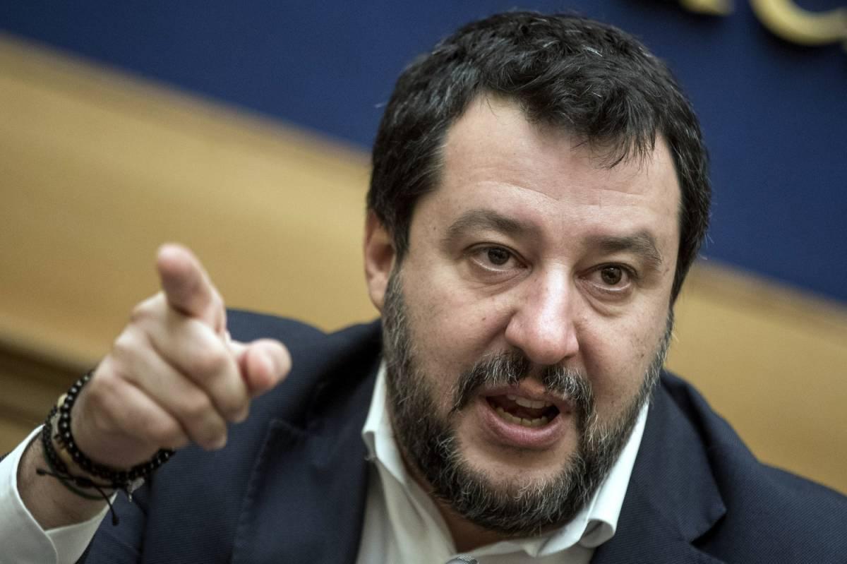 """Salvini: """"Nessuno può attaccare un carabiniere"""". De Magistris: """"Inaccettabile"""""""