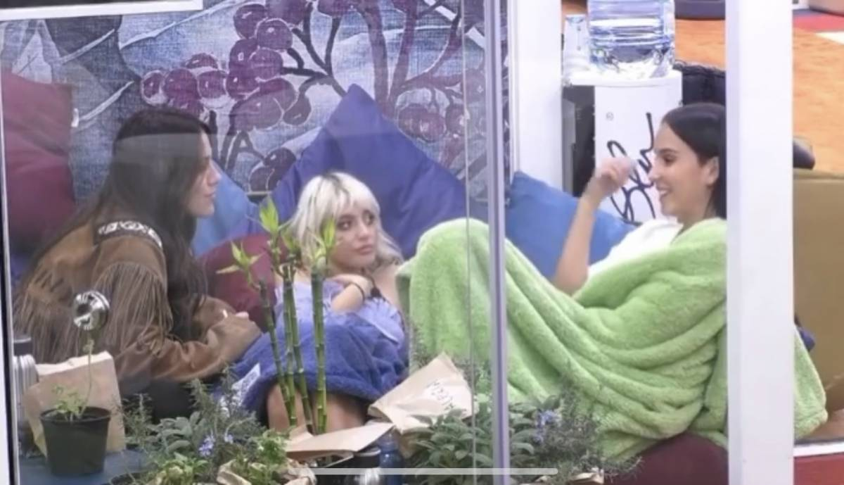 """Gf Vip, Paola e Teresanna al veleno su Monte: """"Ha un copione con tutte"""""""