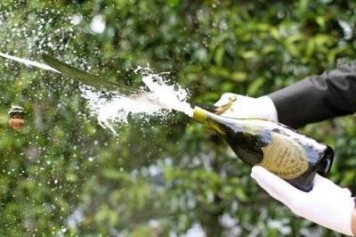 """Ferita dalla""""sciabolata"""" dello champagne: discoteca paga 64 mila euro"""