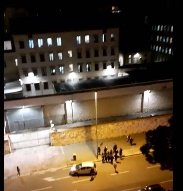 Bari, la protesta dei detenuti: lenzuola incendiate dietro le sbarre
