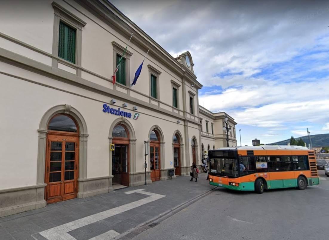 Pistoia, autista aggredito e bus danneggiato: fermati 5 stranieri