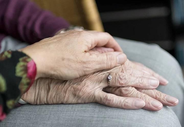 """Casa di riposo, una donna: """"Nella bara di mia madre c'era un'altra persona"""""""