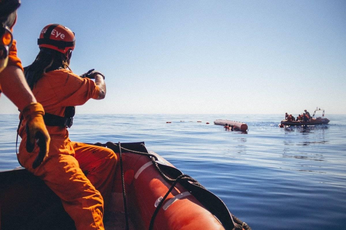 Sea Eye vuole portarci migranti I militari libici sparano in mare