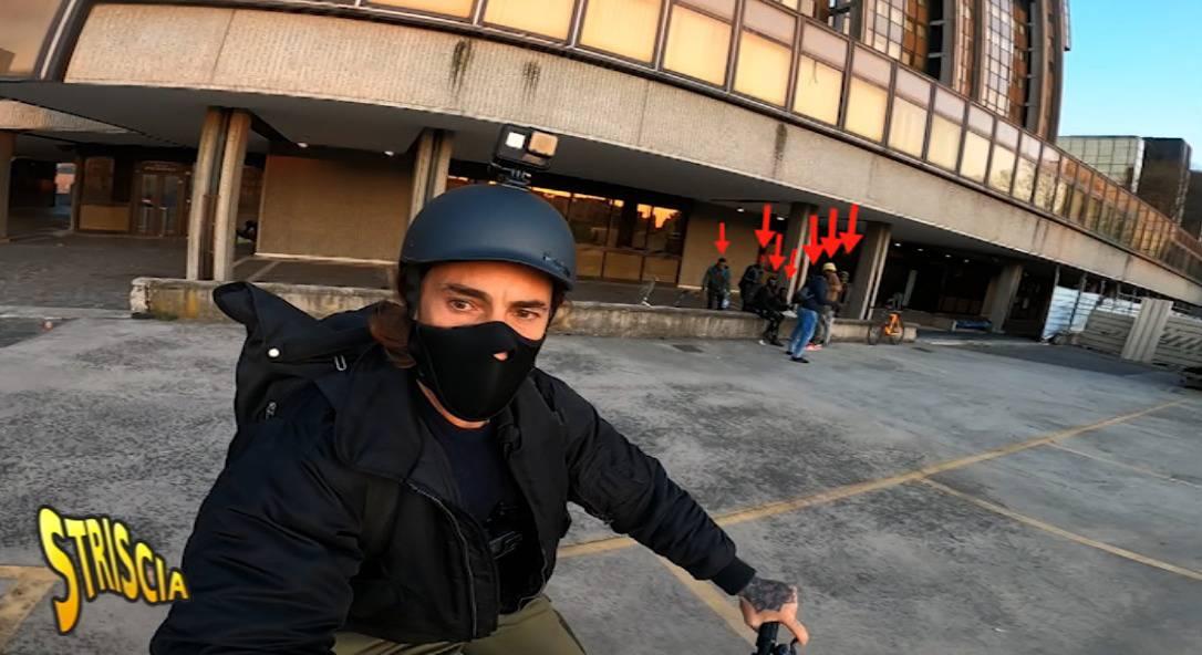 """Vittorio Brumotti torna sul luogo dell'aggressione: """"La mia è una vocazione, come la fede dei preti"""""""
