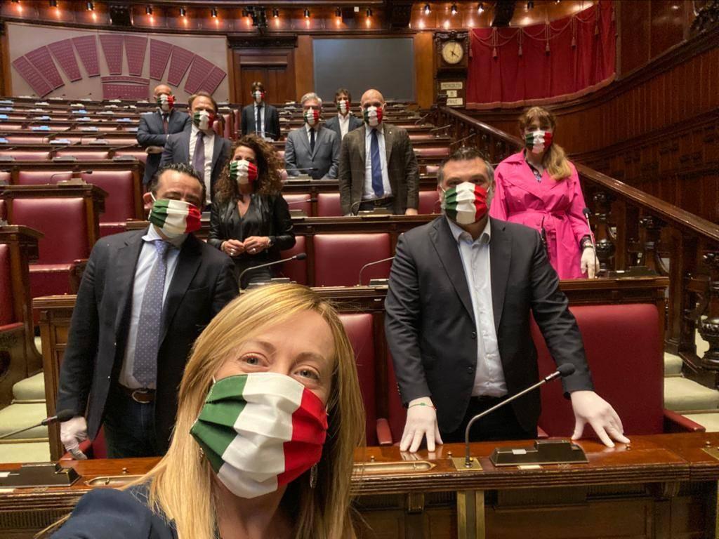 Coronavirus, deputati Fdi in aula con mascherine tricolori