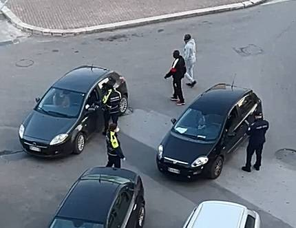 Covid-19, migranti e rom in giro senza rischiare sanzioni