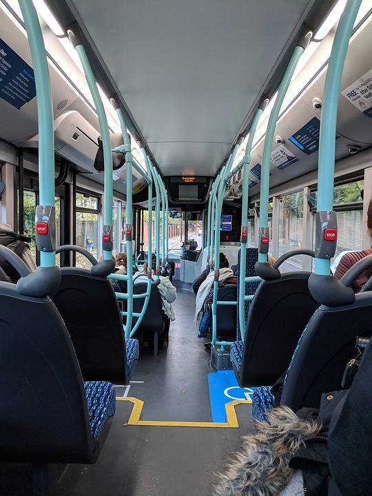 Migranti non possono salire su bus perché pieno e lo prendono a sassate