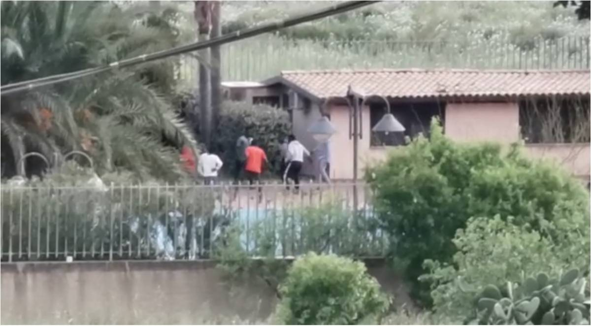 I migranti nel centro di accoglienza di Siculiana
