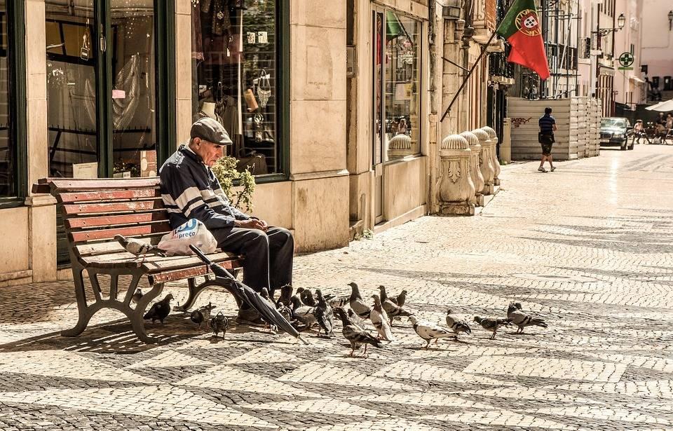 """Anziano disperato: """"Non mangio da 3 giorni"""". Polizia gli fa la spesa"""