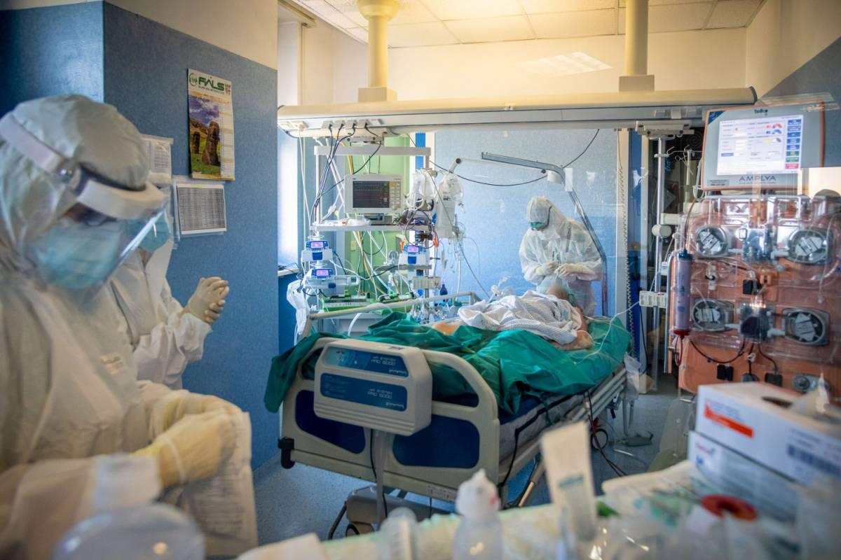 Nuova tecnica per salvare i malati Covid: l'estrazione degli anticorpi dai soggetti sani