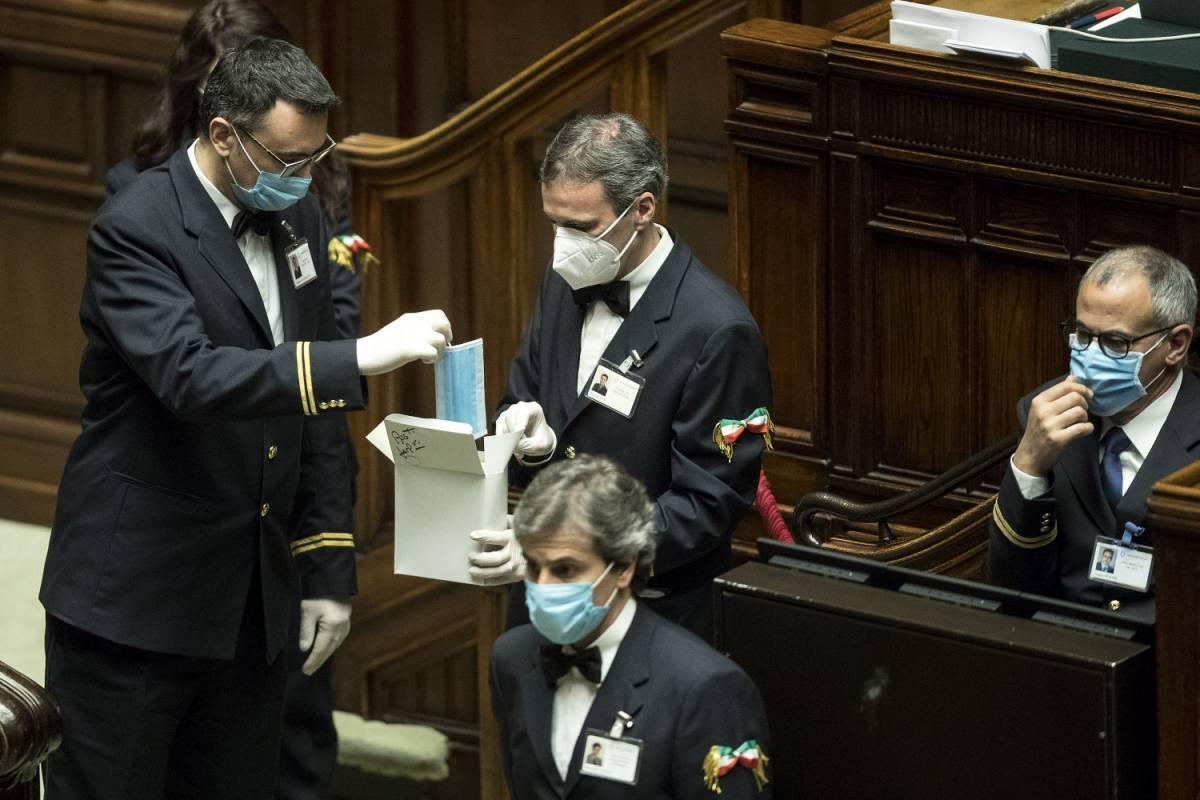 """La paura entra nel """"palazzo"""": chat di fuoco in Parlamento"""