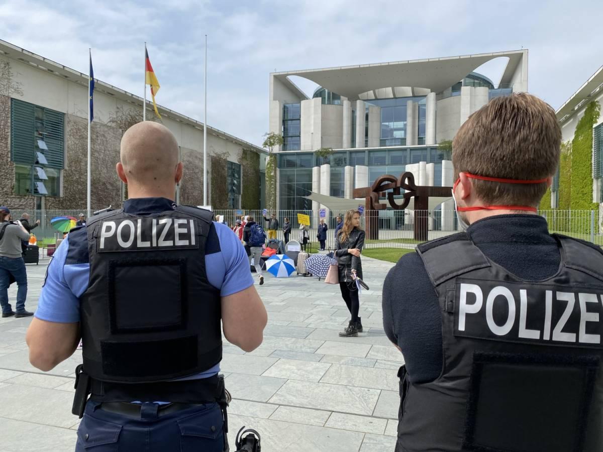 Germania, contagi in aumento. Migliaia in strada a Berlino