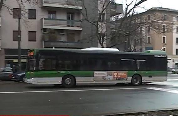 Milano, in trenta sul bus  e si rifiutano di scendere: scatta l'allerta per il virus