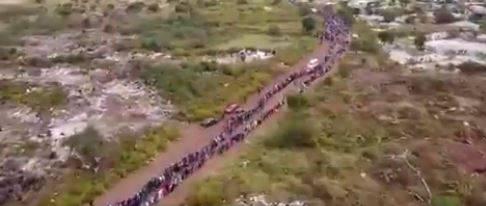 Sudafrica, in migliaia per chiedere cibo e la coda è lunga 4 chilometri