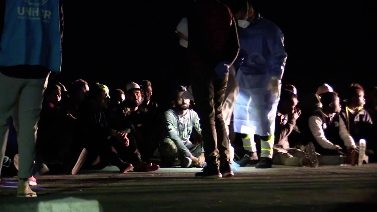 Lampedusa, finito lo spazio: gli immigrati stipati sul molo