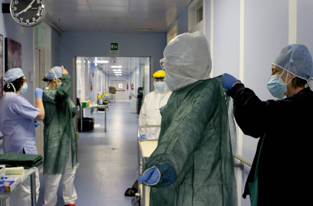 Coronavirus, un caso ogni 50 tamponi. 236 vittime in un giorno