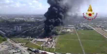 """Porto Marghera, in fiamme industria chimica: """"State in casa e chiudete le finestre"""""""