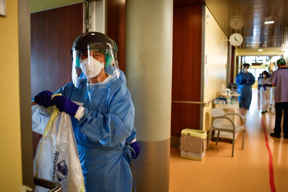 Un operatore sanitario all'ospedale di Bergamo (La Presse)