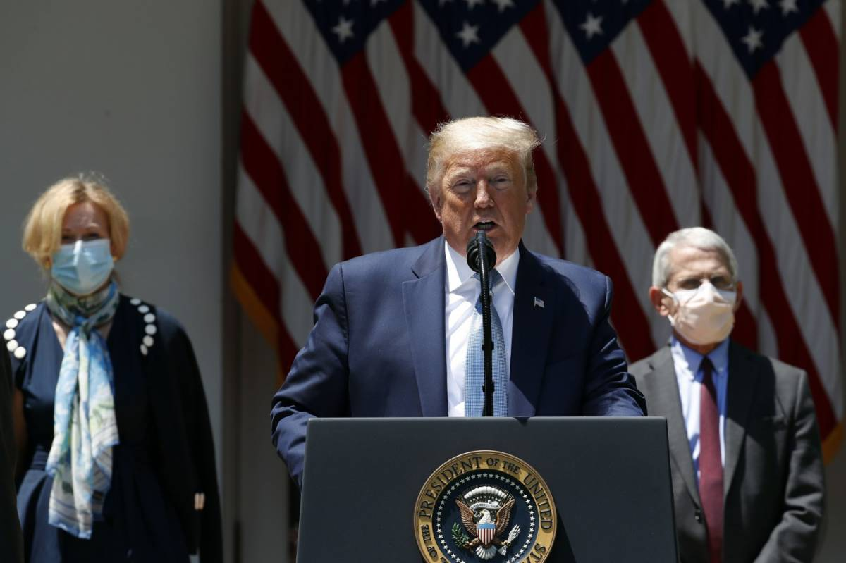 """""""Mi curo con l'anti-malarico"""". Trump di nuovo nella bufera"""