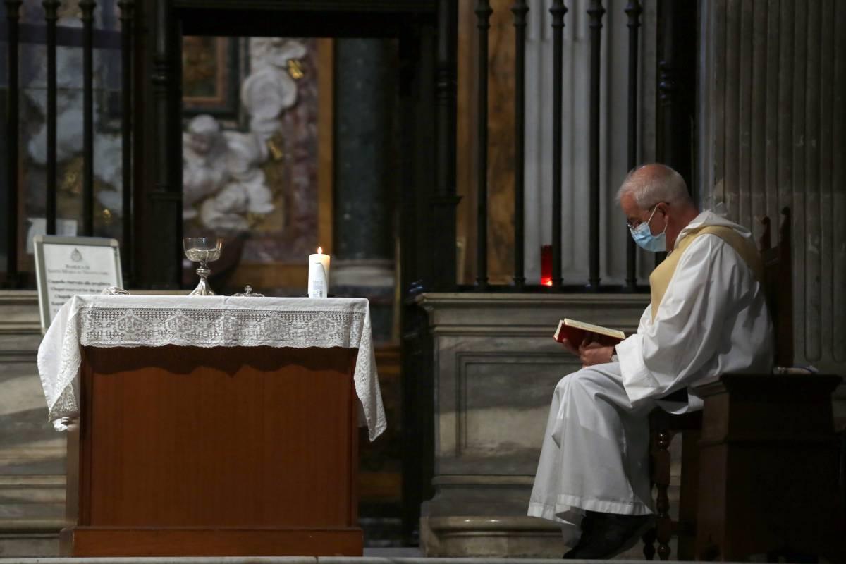 """Le nozze e i battesimi """"asettici"""" della Fase 2: mascherina e divisorio in plexiglas sull'altare"""