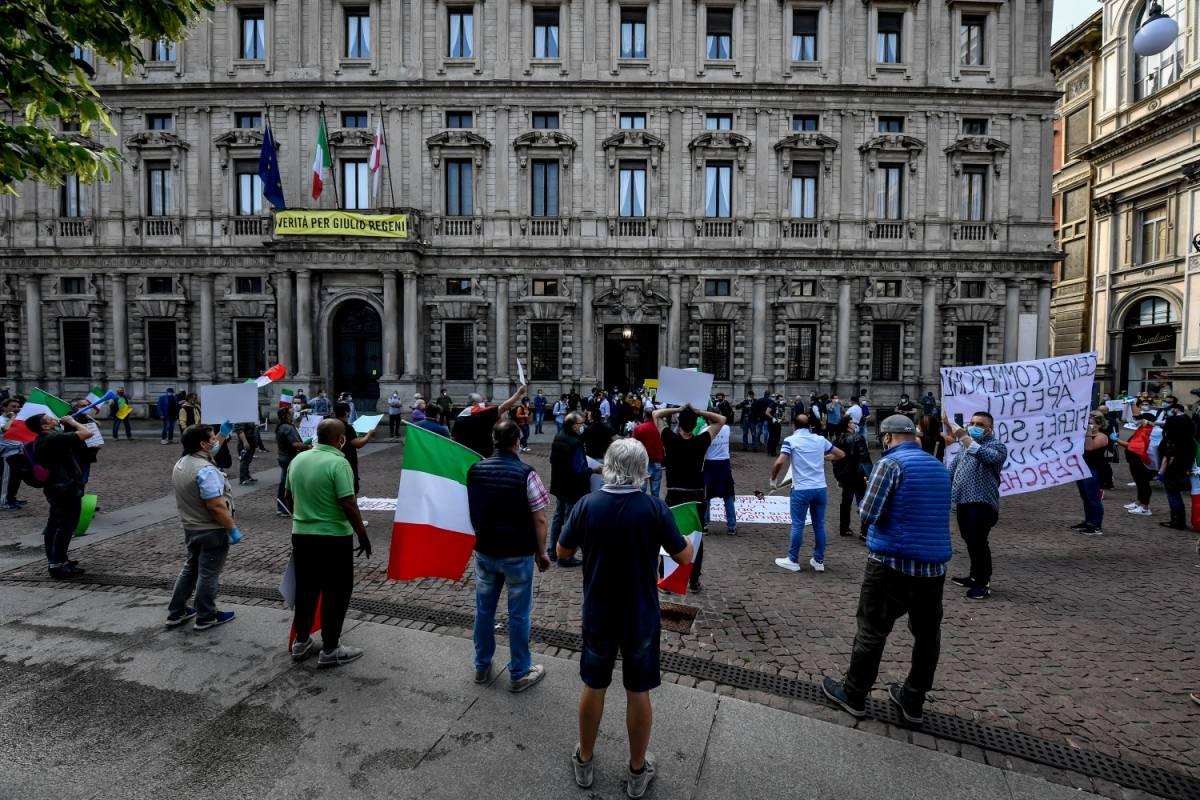 """Ambulanti in piazza contro Sala: """"Siamo alla fame, vogliamo lavorare"""""""