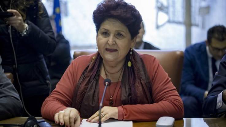 """La Bellanova vuole i braccianti """"al volo"""": charter per portare gli stranieri nei campi"""