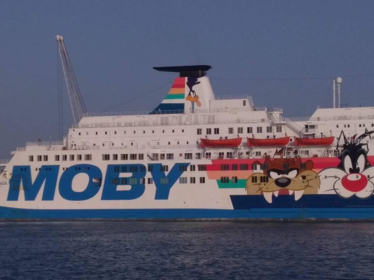 """Migrante in quarantena sulla Moby Zaza si getta dalla nave: e adesso le Ong parlano di """"prigione"""""""