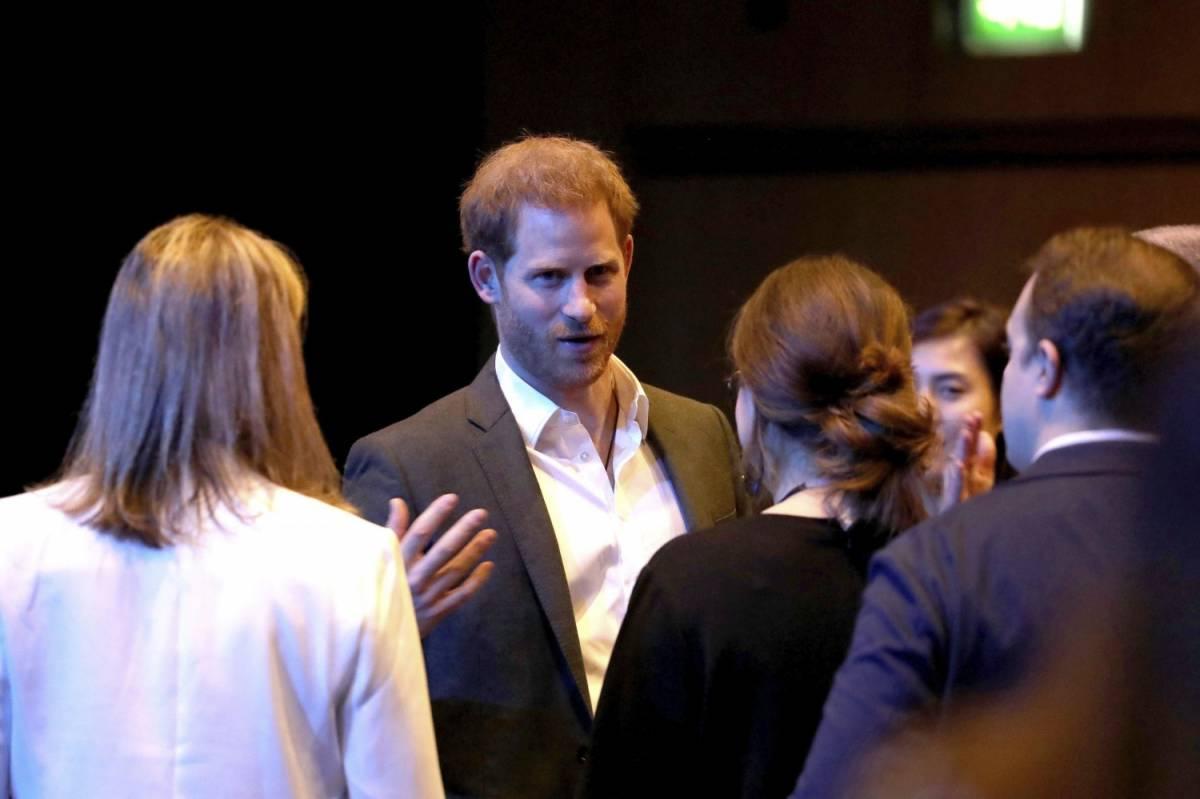 """""""Sembrano padre e figlio"""". Il principe Harry """"sostituisce"""" suo papà"""